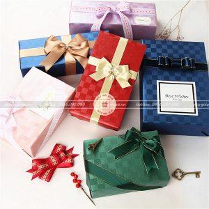 """Cách """"biến hóa"""" giấy gói quà cứng thành những hộp quà nhỏ xinh"""