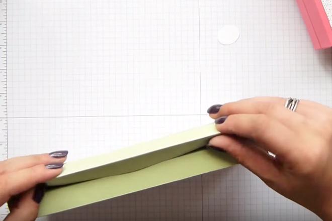 Bạn gấp các góc giấy để tạo hình khối vuông cho hộp quà. Nguồn ảnh: Internet