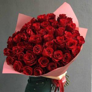 Tặng hoa - Món quà thể hiện cho sự bền chặt của tình yêu đôi lứa.