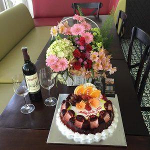 Quà sinh nhật cho chồng là hoa và bánh kem