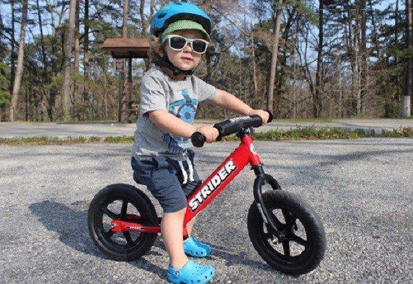 Xe chòi chân giúp bé tăng khả năng linh hoạt